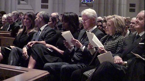 Khoảnh khắc bà Melania tươi cười với ông Obama tang lễ tang bà Barbara Bush hôm 21/4 gây sốt mạng xã hội. Ảnh: Twitter