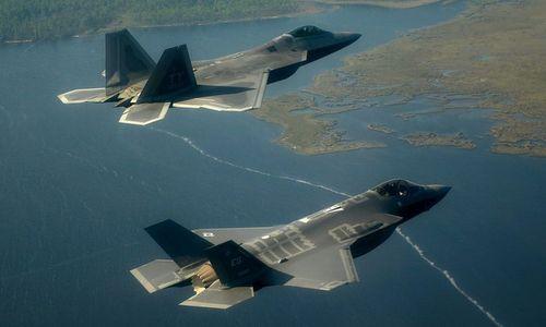 Tiêm kích tàng hình F-22 (trên) và F-35 do Lockheed Martin phát triển. Ảnh: USAF.