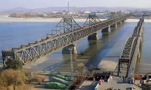 Một cây cầu hữu nghị nối liền Trung Quốc và Triều Tiên. Ảnh: Asahi Shimbun.