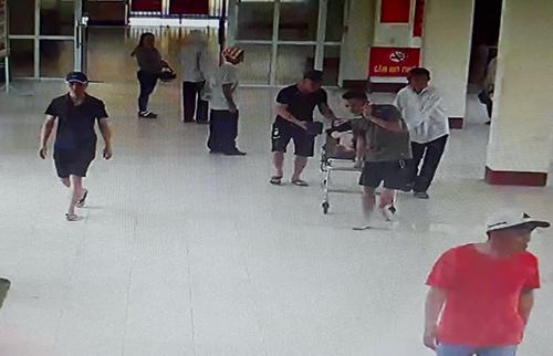 Nhóm ngườiđàn ông đưa thai phụ bị tai nạn giao thông vào làm thủ tục nhập viện. Ảnh: Trích xuất camera