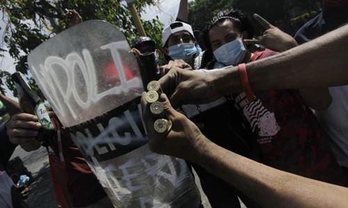 Người biểu tình cầm các viên đạn được cho là do cảnh sát quốc gia bắn vào đám đông biểu tình ở thành phố miền đôngManagua. Ảnh: AFP.