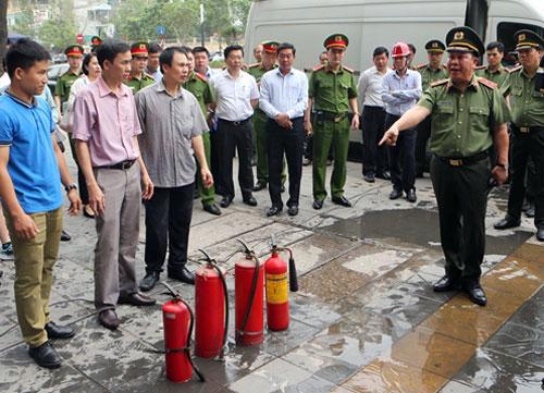 Bình cứu hỏa chung cư Hà Nội không hoạt động khi bị kiểm tra đột xuất