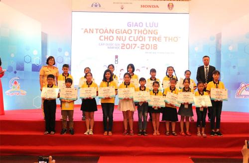 750 phần thưởng được traocho những học sinh tích cực tham gia chương trình.