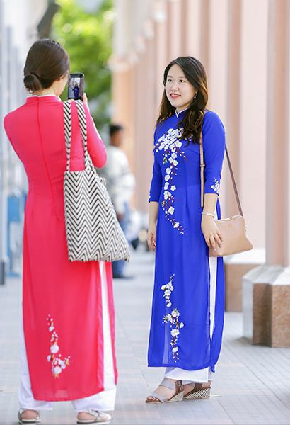Khách Hàn Quốc mặc áo dài, chụp ảnh tại điểm du lịch Nhà thờ Con gà Đà Nẵng. Ảnh: Nguyễn Đông.