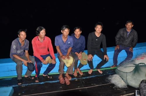 Sáu ngư dân chưa hết bàng hoàng sau khi thoát nạn trên biển. Ảnh: Phạm Linh.