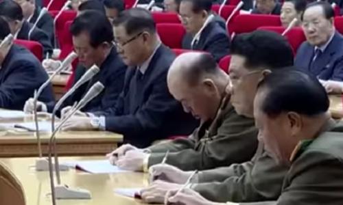 Bức ảnh ôngKim Ri Myong cúi đầu do Yonhap cắt từ video KCTV công bố. Ảnh: Yonhap.