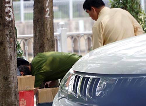 Cảnh sát khám nghiệm hiện trường vụ án. Ảnh: Sơn Hòa.