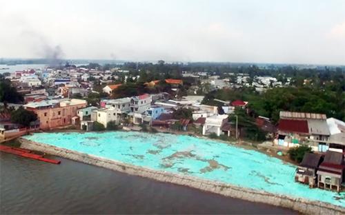 Vị trí hố xoáy sạt lở cuốn trôi hàng loạt nhà dân ở bờsông Vàm Nao được lấp đầy, kè đá bên ngoài. Ảnh: Cửu Long.