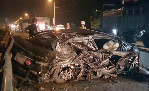 Chiếc xe 5 chỗ bị bẹp dúm sau vụ tai nạn. Ảnh: Hà Nhất