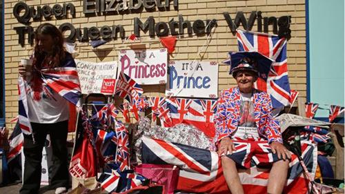 Nhiều người hâm mộ hoàng gia Anh đã trú tạm ngoài bệnh việnSt Mary