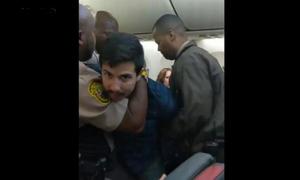 Cảnh sát Mỹ dí súng điện vào kẻ bị tố sờ mó phụ nữ trên máy bay