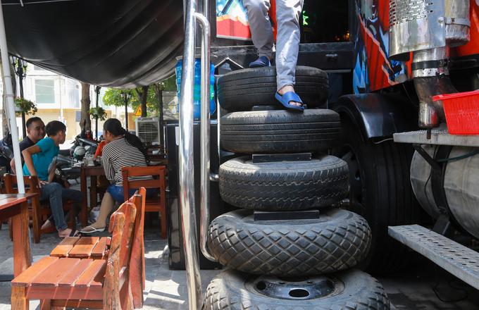 Quán cà phê xe đầu kéo container ở Sài Gòn