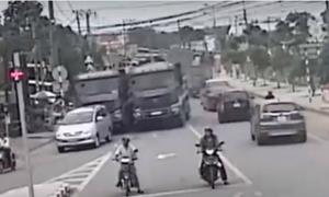 Xe ben đua tốc độ nguy hiểm trên phố đông người