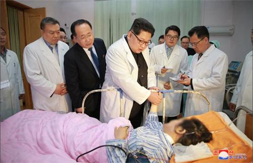 Kim Jong-un đến thăm nạn nhân tại bệnh viện. Ảnh: KCNA