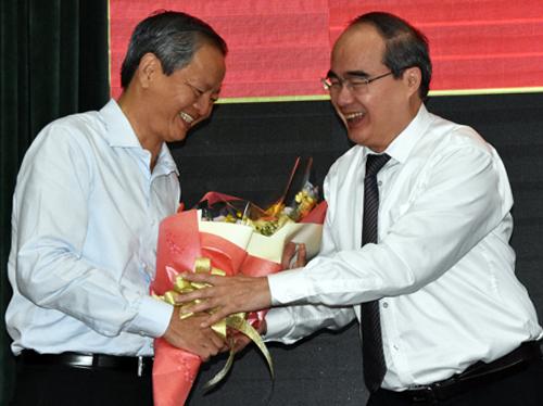 Bí thư Thành ủy TP HCM Nguyễn Thiện Nhân tặng hoa, chia tay ông Lê Văn Khoa. Ảnh: Trung Sơn.