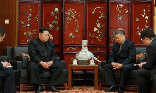 Ông Kim Jong-un chia buồn với cán bộ đại sứ quán Trung Quốc tại Bình Nhưỡng. Ảnh: Reuters.