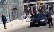 Giây phút nghi phạm đâm xe ở Canada chĩa súng vào cảnh sát