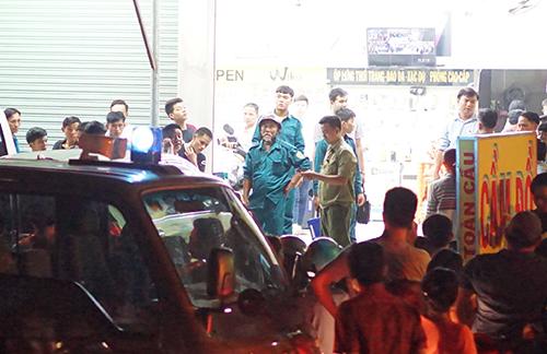 Cảnh sát đang phong toả hiện trường, lấy lời khai các nhân chứng để phục vụ công tác điều tra. Ảnh: