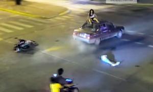 Cô bé 14 tuổi lái xe máy chở em trai đâm thẳng ôtô