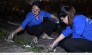 Hàng trăm sinh viên tình nguyện nhặt rác trong đêm ở Đền Hùng