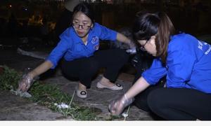 Sinh viên tình nguyện nhặt rác trong đêm ở Đền Hùng