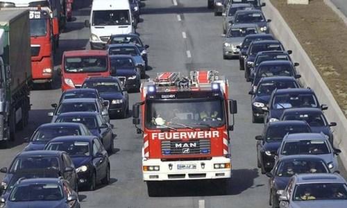 Học cách nhường đường cho xe ưu tiên của người Đức