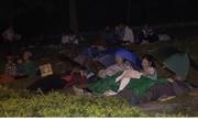 Hàng nghìn người trải bạt ngủ đêm trong mưa ở Đền Hùng