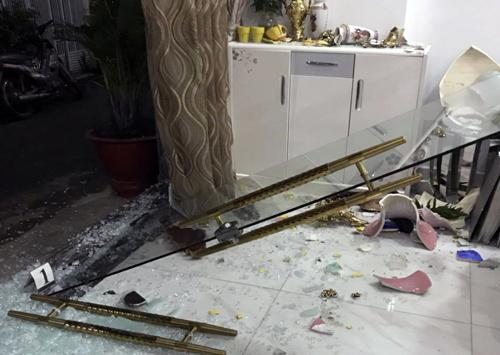 Bốn thanh niên cầm búa xông vào căn nhà ở Sài Gòn đập phá