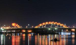 Cầu Rồng ở Đà Nẵng dừng phun lửa khi trình diễn pháo hoa quốc tế
