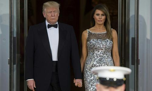 Tổng thống Trump và phu nhân Melaniachờ đón vợ chồng tổng thống Pháp đến Nhà Trắng dựquốc yến tối 24/4. Ảnh: AFP