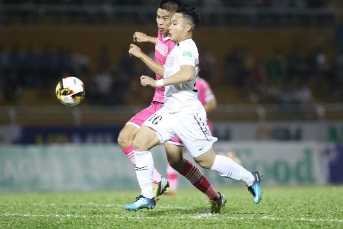 Phi Sơn thoát xuống ghi bàn mở tỷ số cho TP HCM.
