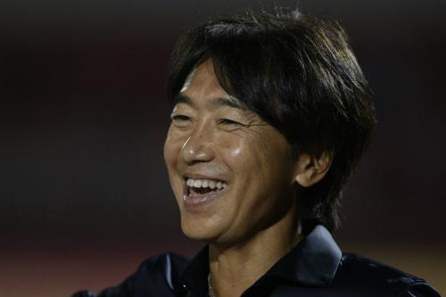 HLV Miura có chiến thắng đầu tiên ở sân chơi V-League. Ảnh:Đức Đồng.