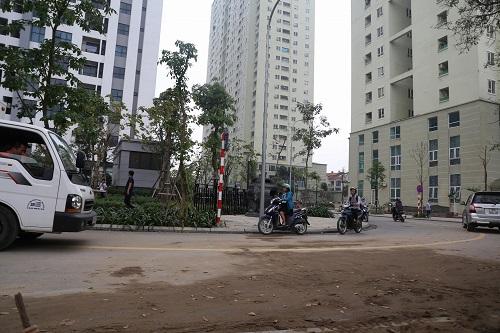 Cư dân hai tòa nhà đi qua đoạn đường từng bị rào chắn. Ảnh: Gia Chính