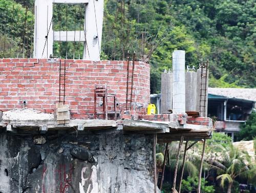 Tại đảo Cát Dứa 2, Công tyTNHH Dịch vụ du lịch, Thương mại Diệp Trân vẫn ngang nghiên xây dựng, mặc dù trước đó 2 năm thành phố Hải Phòng đã ra văn bản yêu cầu cấm xây dựng... Ảnh: Giang Chinh