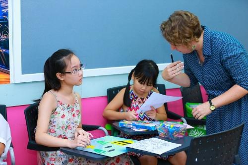 Lớp học tiếng Anh với giáo viên nước ngoài.