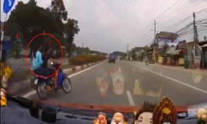 Xe máy gây tai nạn vì bị ôtô rượt đuổi 90 km/h