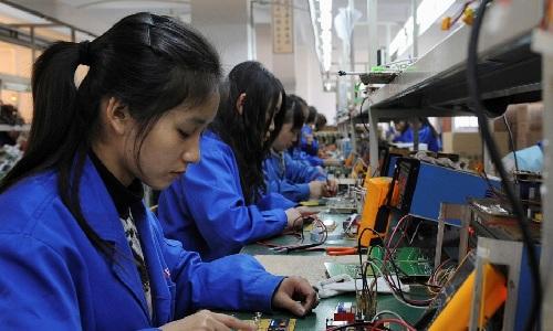 Công nhân nữ trong phân xưởng ở Trung Quốc đại lục. Ảnh: Reuters.