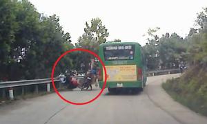 Chạy xe máy suýt bỏ mạng vì vượt ôtô ở khúc cua
