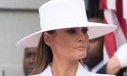 Melania gây chú ý với mũ rộng vành khi đón tổng thống Pháp