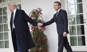 Những cái siết tay, ôm hôn và tán tụng của Trump và Macron