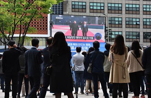 Người dân theo dõi sự kiện qua màn hình lớn ở thủ đô Seoul, Hàn Quốc. Ảnh: AFP