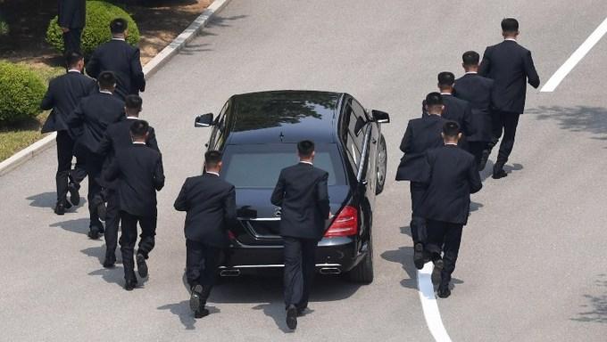 Xe bọc thép của Kim Jong-un cần 12 vệ sĩ chạy bộ hộ tống