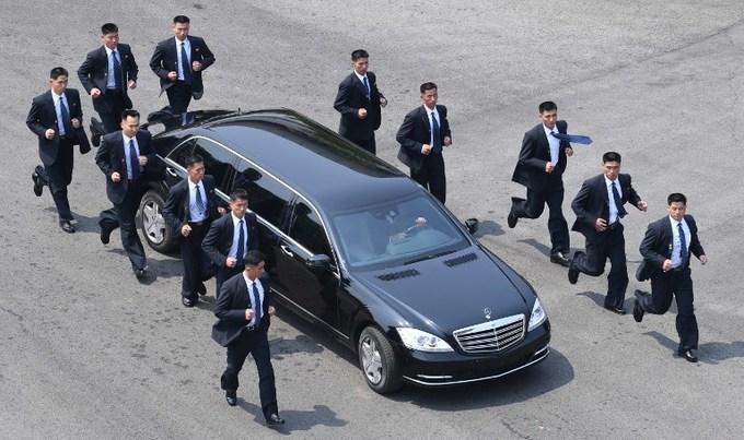 12 vệ sĩ chạy quanh xe bảo vệ Kim Jong-un
