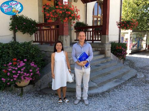 Đại diện Công ty Cầu Xanh tới thăm một trường cấp ba tại Thuỵ Sỹ -nơi có học sinh đang theo học.