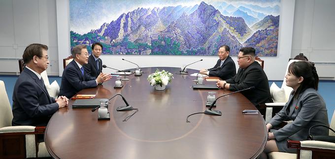 Khoảnh khắc Kim Jong-un mời Tổng thống Hàn Quốc bước qua giới tuyến