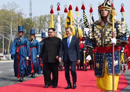 Ông Kim Jong-un và ông Moon Jae-in tại lễ đón tiếp theo nghi thức truyền thốngở Khu vực An ninh Chung. Ảnh: AP.