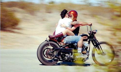 Hiểm họa khi lái xe cùng bạn gái
