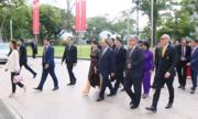 Thủ tướng dâng hoa tượng đài Hồ Chí Minh tại Singapore