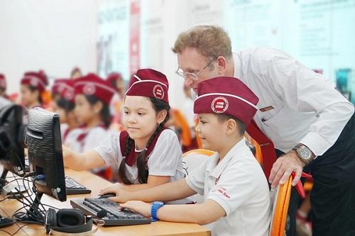 Môi trường học tập đa văn hóa giúp học sinh hội nhập với nền giáo dục thế giới.