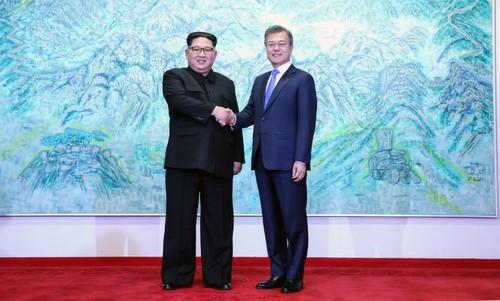 Lãnh đạo Triều Tiên và Tổng thống Hàn Quốc trước khi vào phòng họp. Ảnh: Reuters.